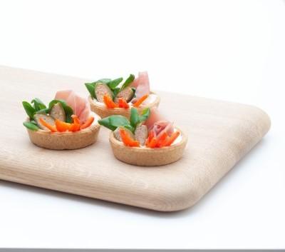 Tartelletta con speck pomodori, stracchino, songino e capperi