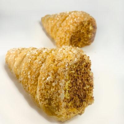 Come preparare e presentare un cannolo sfoglia con crema di arachidi gocce di cioccolato